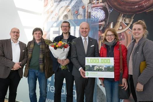 Museumdirecteur Kris Callens en de Commissaris van de Koning in Friesland Arno Brok verwelkomen de familie Effing als miljoenste bezoeker. Foto: Marieke Balk