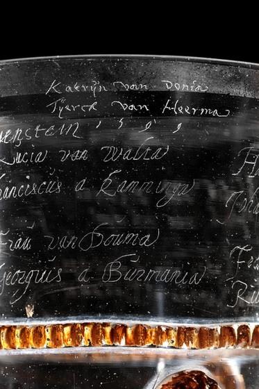 Glazen beker gegraveerd met namen Friese adel (detail), 1599. Bruikleen Ottema-Kingma Stichting, aangekocht met steun van Vereniging Rembrandt (mede dankzij haar Themafonds Glas). Foto Michiel Stokmans.